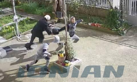 Βίντεο – ντοκουμέντο: Ανήλικοι ρομά χτυπούν ηλικιωμένη για να τη ληστέψουν (Σκληρές εικόνες)