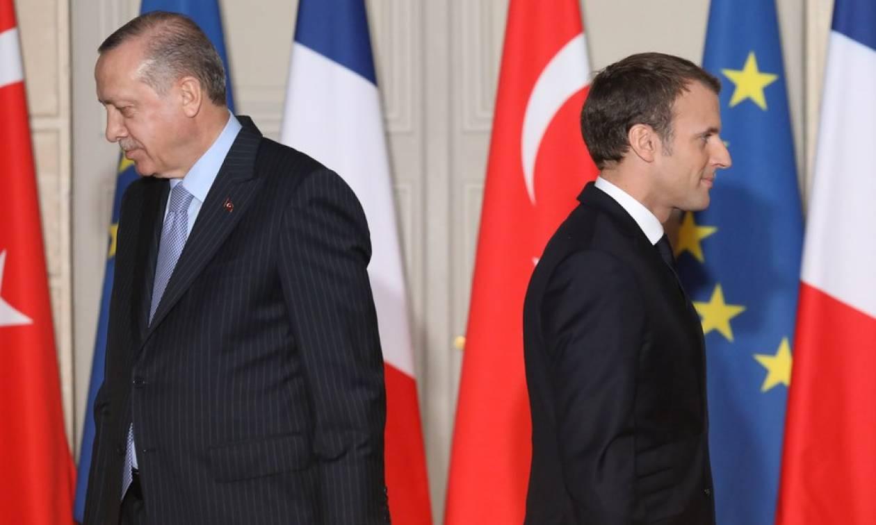 Έξαλλος ο Ερντογάν στη Γαλλία: Προσέβαλε δημόσια Μακρόν και δημοσιογράφους (Vid)
