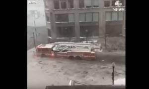 Απίστευτο βίντεο: Πυροσβεστικό όχημα «πλέει» στα παγωμένα νερά στο κέντρο της Βοστόνης