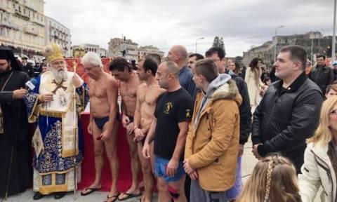 Θεοφάνεια – Κέρκυρα: 23 άνδρες και γυναίκες βούτηξαν στα νερά του Ιονίου για να πιάσουν τον Σταυρό