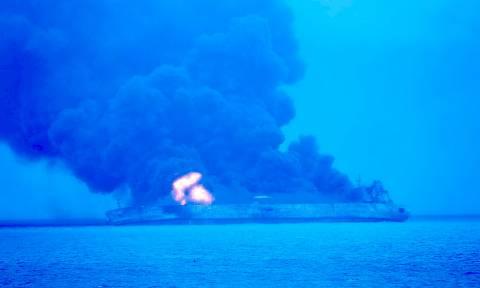 Κίνα: Παραμένει στις φλόγες το ιρανικό δεξαμενόπλοιο που συγκρούστηκε με κινεζικό φορτηγό πλοίο