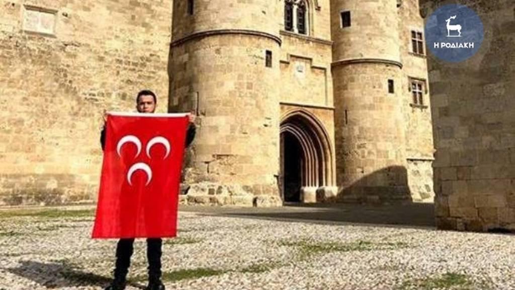 Απαράδεκτη πρόκληση στην Ρόδο: Φωτογραφήθηκε στο Καστέλλο με την τουρκική σημαία! (pics)
