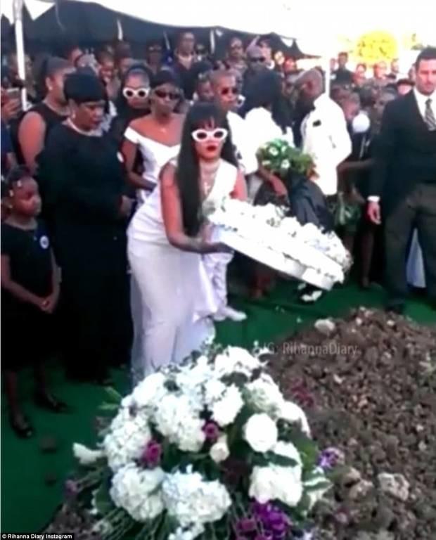 Συντετριμμένη η Rihanna στην κηδεία του ξαδέρφου της (pics+vid)