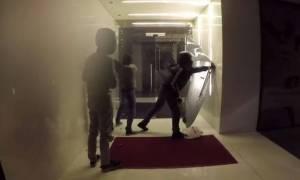 Εξάρχεια: Εισβολή του «Ρουβίκωνα» με... αλατόνερο σε συμβολαιογραφείο