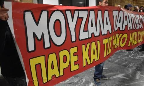 Χαμός στη Χίο: Φυγάδευσαν τον Μουζάλα – Άγριο κράξιμο από τους κατοίκους (vid)