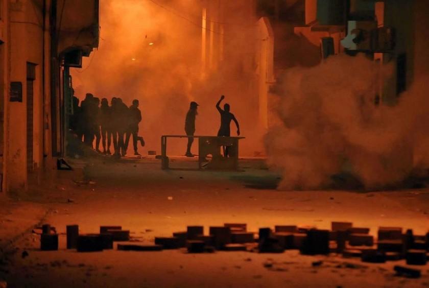 Χάος στην Τυνησία: Ο στρατός στους δρόμους – Στις φλόγες δημόσια κτήρια - 300 συλλήψεις διαδηλωτών