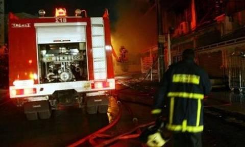 Φωτιά ΤΩΡΑ: Στις φλόγες κτήριο στη Σαλαμίνα