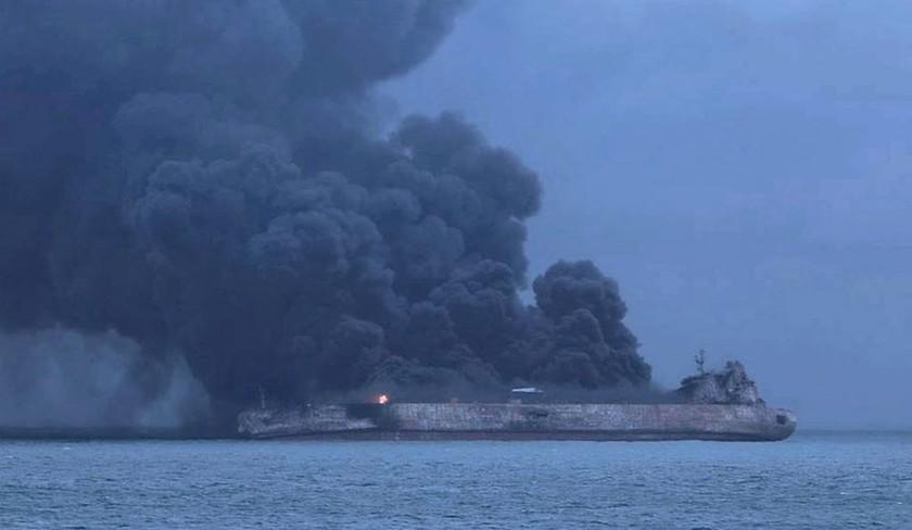 Κίνα: Συνεχίζονται οι εκρήξεις στο ιρανικό δεξαμενόπλοιο - Φόβοι ότι θα βυθιστεί (pics)