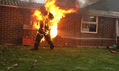 Έβαλε φωτιά στον εαυτό του για τον πιο... ηλίθιο λόγο! (vid)