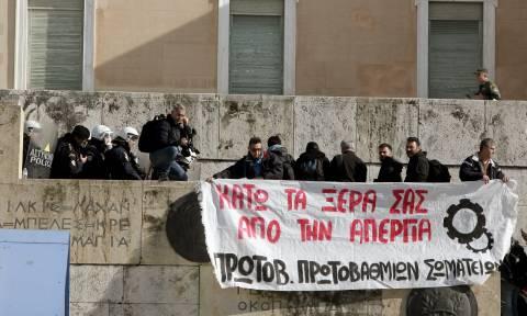 Πεδίο μάχης το κέντρο της Αθήνας: Διαδηλωτές επιχείρησαν να εισβάλουν στη Βουλή (pics)