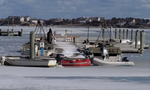 Εκπληκτικό βίντεο! Κύμα «σκάει» στην ακτή και… παγώνει απ' το ψύχος