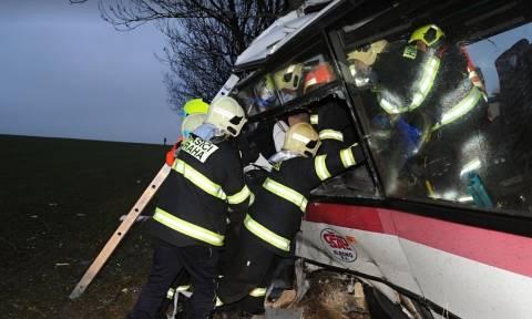 Τραγωδία στην Τσεχία: Φονικό τροχαίο με τουλάχιστον τρεις νεκρούς και 30 τραυματίες (Pics)