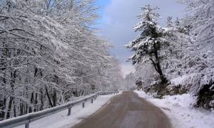 Καιρός ΤΩΡΑ: Ο «Θησέας» σαρώνει τη χώρα – Ποιοι δρόμοι είναι κλειστοί
