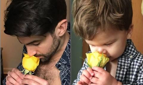Ανιψιός και θείος σε ίδιες πόζες, έχουν ξετρελάνει το διαδίκτυο (pics)