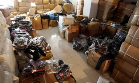Περιστέρι: Αποθήκη έκρυβε περισσότερα από 22.000 ρούχα «μαΐμού»