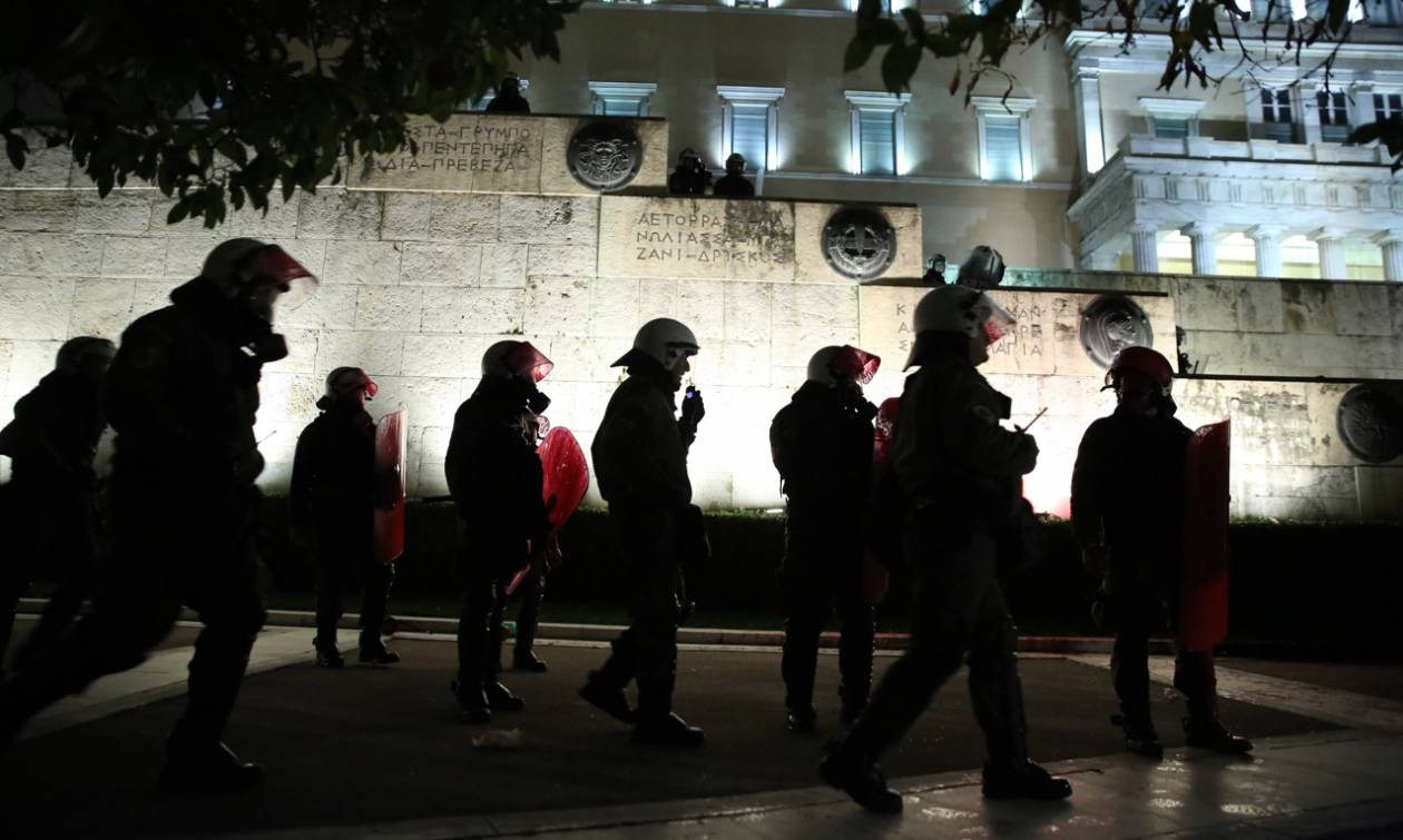 Ένταση έξω από τη Βουλή: Ολοκληρώθηκαν τα απεργιακά συλλαλητήρια κατά του πολυνομοσχεδίου