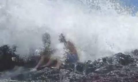 Βίντεο σοκ: Κύμα παρέσυρε νεόνυμφους που ήθελαν να τραβήξουν την τέλεια φωτογραφία!