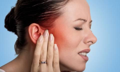 Πόνος στο αυτί: Σπιτικά γιατροσόφια & πότε να επισκεφτείτε γιατρό