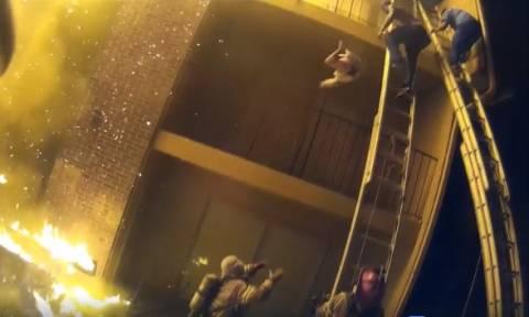 Βίντεο–ΣΟΚ: Γονείς σε απόγνωση πετούν τα παιδιά τους από το μπαλκόνι για να τα σώσουν