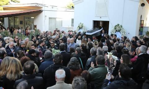 Τζίμης Πανούσης: Πλήθος κόσμου στο τελευταίο «αντίο» (pics)