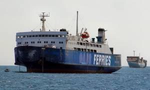 Επιβατικό πλοίο πλέει ακυβέρνητο στο λιμάνι του Πειραιά