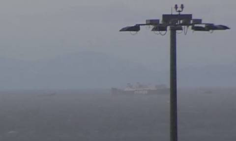 Πειραιάς: Σε εξέλιξη η επιχείρηση ρυμούλκησης του ακυβέρνητου πλοίου - Βίντεο ντοκουμέντο