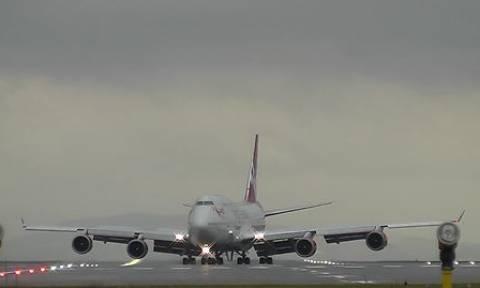 Ο πιλότος της χρονιάς! Δείτε πώς προσγειώνει το αεροπλάνο εν μέσω θύελλας (video)