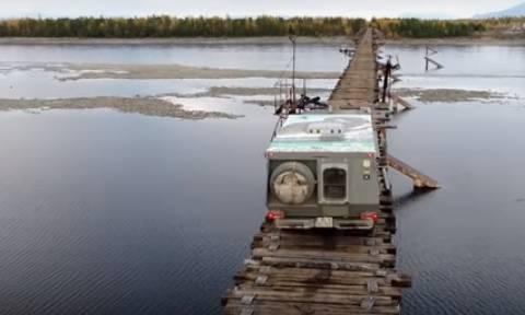 Συγκλονιστικό βίντεο: Φορτηγό διασχίζει μία από τις πιο επικίνδυνες γέφυρες του πλανήτη