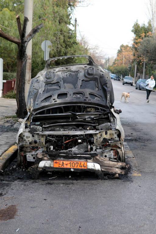 Αναστάτωση στη Φιλοθέη: Άγνωστοι έκαψαν τρία οχήματα πρεσβείας (pics)