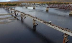 Σιβηρία: Φορτηγάκι διασχίζει τη «γέφυρα του τρόμου» (vid)