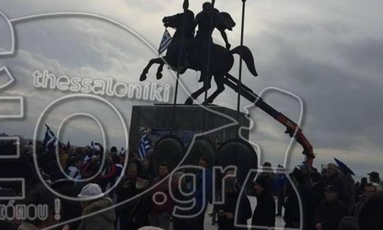 Συλλαλητήριο Θεσσαλονίκη: Κρέμασαν την Ελληνική σημαία στο άγαλμα του Μεγάλου Αλεξάνδρου