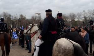 Συλλαλητήριο Θεσσαλονίκη: Έφιπποι με ελληνικές σημαίες αποθεώθηκαν από το πλήθος (pics+vid)