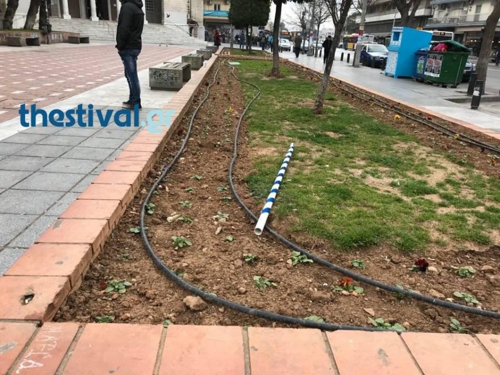 Σοκ στο συλλαλητήριο της Θεσσαλονίκη: Κουκουλοφόροι άρπαξαν σημαίες από 15χρονα!