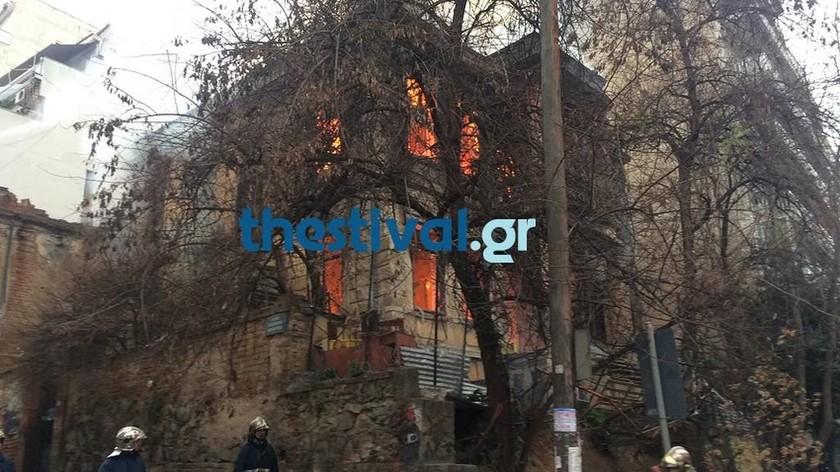 Συλλαλητήριο Θεσσαλονίκη: Μεγάλη πυρκαγιά σε κατάληψη (pics)