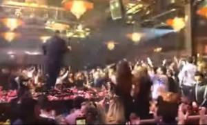 Βίντεο: Ο Βασίλης Καρράς τραγουδάει «Μακεδονία ξακουστή» και ραγίζει τα τσιμέντα