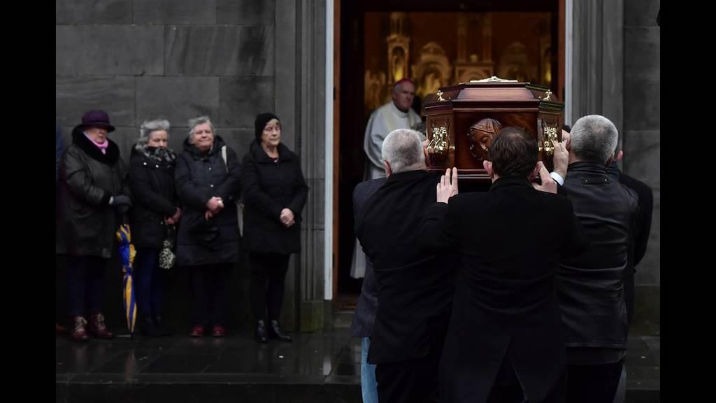 Δάκρυσε η Ιρλανδία μπροστά στη σορό της Dolores O'Riordan των Cranberries (Pics)