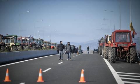 Ξεσηκώνονται οι αγρότες: Από τη Φλώρινα ως την Κρήτη στήνονται μπλόκα (pics+vid)