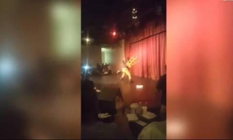Επίθεση – σοκ σε πασίγνωστο κωμικό: Θεατής τού πέταξε καρέκλα στο κεφάλι (video)
