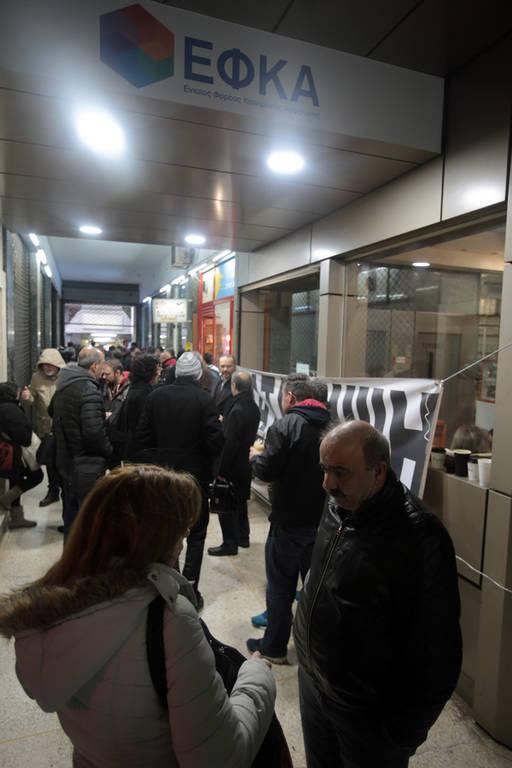 ΤΩΡΑ: Συμβολική κατάληψη στο κεντρικό κτήριο του ΕΦΚΑ (pics)