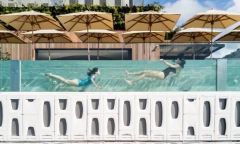 Πισίνα με θέα: Κολυμπώντας στον «ουρανό» της Κοπακαμπάνα (Pics+Vids)