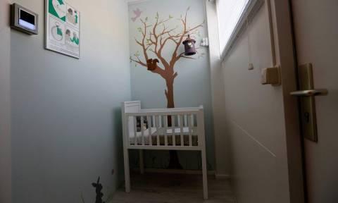 Ασύλληπτη τραγωδία στην Εύβοια: Βρήκαν νεκρό το 3χρονο παιδί τους στην κούνια του