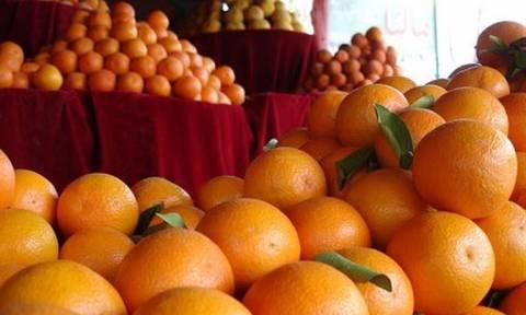 Δέσμευσαν 5,6 τόνους ακατάλληλων φρούτων από επιχείρηση στον Πειραιά