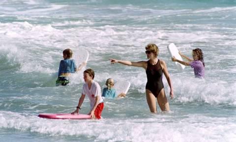 Σπάνιες φωτογραφίες της πριγκίπισσας Diana στο ρόλο της μαμάς