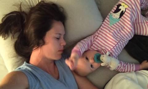 Πολύ γέλιο: Μωρό προσπαθεί να ξυπνήσει τη μαμά του (vid)