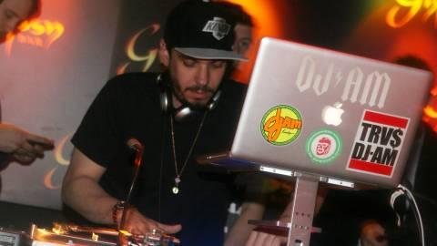 Ένας ύμνος για τον DJ του παρακμιακού μπαρ που ΟΛΟΙ έχουμε πιει ποτό!
