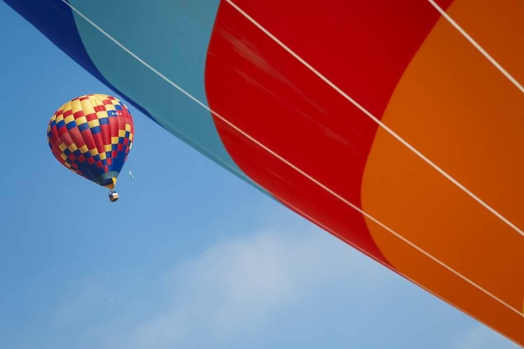 Εντυπωσιάζουν τα δεκάδες αερόστατα πάνω από τις Άλπεις (pics)