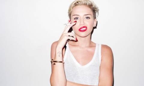 Πάρε βαθιά ανάσα και δες τη Miley Cyrus μέσα στο sexy κόκκινο μπικίνι της