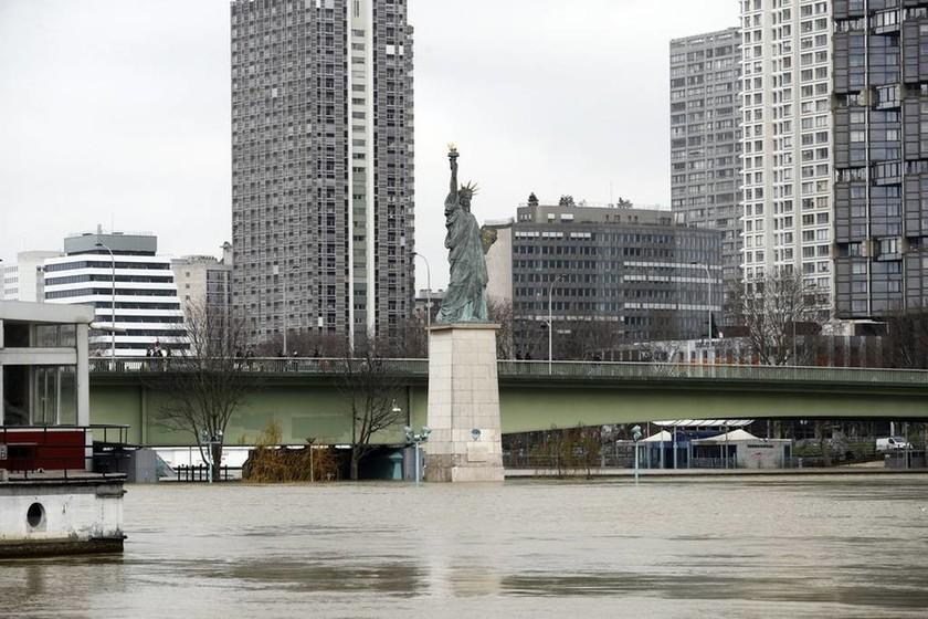 Συναγερμός στο Παρίσι: Εκκενώνονται σπίτια λόγω της ανόδου της στάθμης του Σηκουάνα (pics)