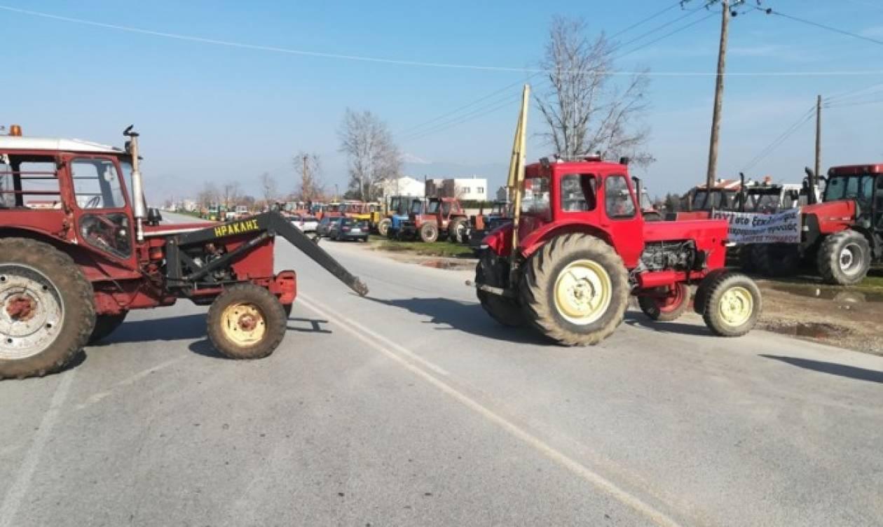 Αγροτικές κινητοποιήσεις: Συμβολικοί αποκλεισμοί σε Λάρισα και Χανιά