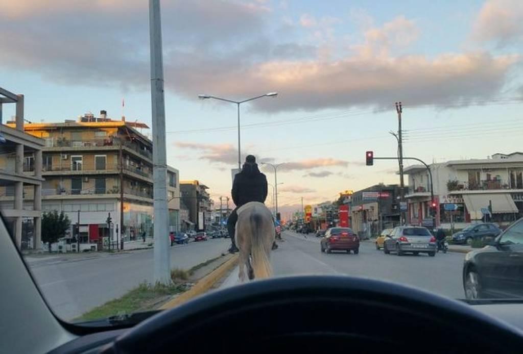 Φωτογραφία που τα... σπάει: Βγήκε στην Εθνική οδό με το άλογο!
